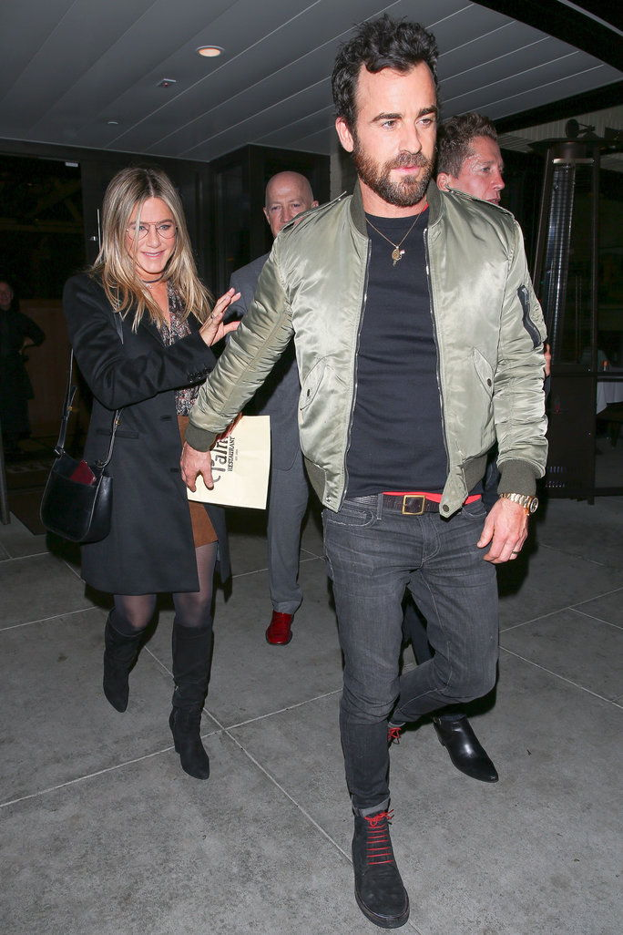 제니퍼 Aniston and husband Justin Theroux enjoy a romantic date night out at The Palm restaurant in Beverly Hills. Jennifer has a huge smile on her face as she leaves with her man. Justin reaches back for her, and they hold hands as they head to the car