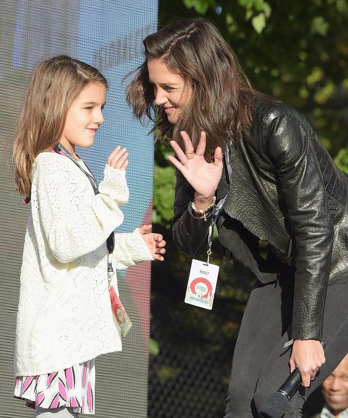 수리 Cruise (L) and actress Katie Holmes speak on stage at the 2015 Global Citizen Festival to end extreme poverty by 2030 in Central Park on September 26, 2015 in New York City.