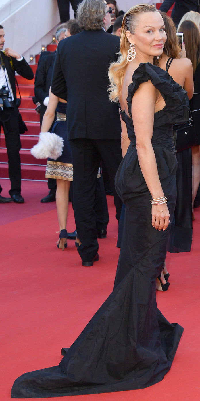 예, she Cannes! Now that's a gown, folks.