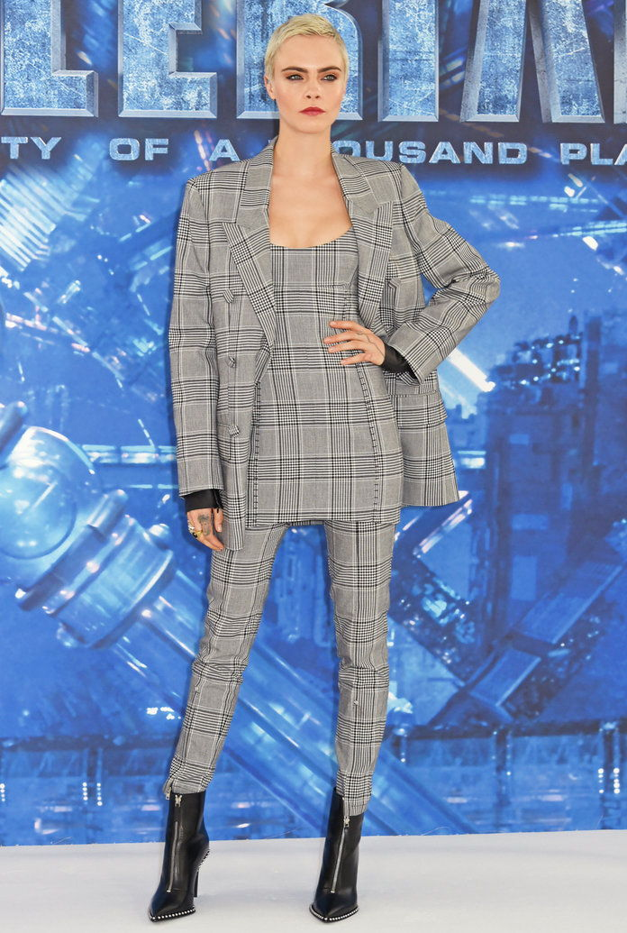 카라 Delevingne Gray plaid suit