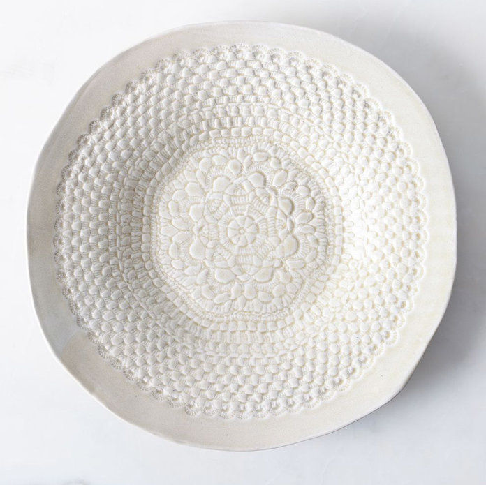 수공 ROUND PLATTER WITH LACE DETAIL