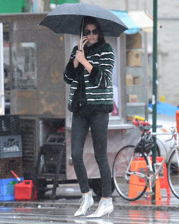 בלעדי: Kendall Jenner walks the smile Restaurant in soho in the rain in silver shone in nyc