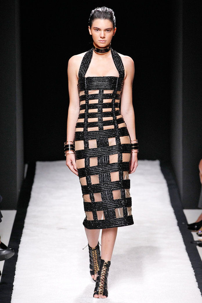 켄들 Jenner's crisscross catwalk dress