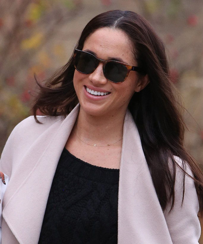 독특한: **PREMIUM EXCLUSIVE RATES APPLY**NO SUBSCRIPTIONS** Prince Harry's girlfriend and Suits actress, Meghan Markle is seen shopping for flowers in Toronto. Meghan, who was happy to be photographed leaving an up-market flower shop, greeted the photo