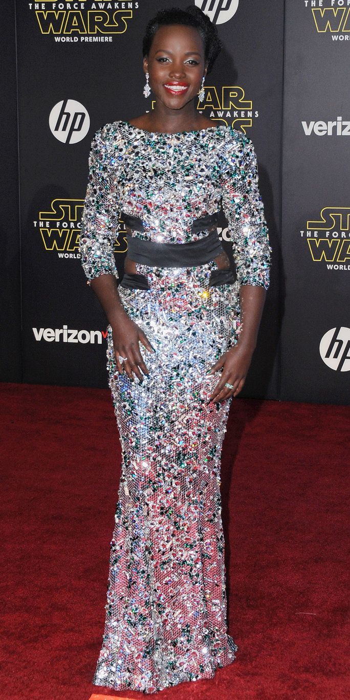 여배우 Lupita Nyong'o arrives at the Los Angeles Premiere 'Star Wars: The Force Awakens' on December 14, 2015 in Hollywood, California.