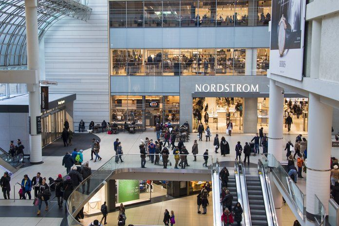 עסוק multi-storey mall Eaton Centre Center. Nordstrom store